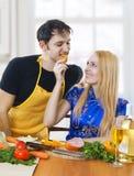 Liefde. Portret van gelukkig paar in keuken. Stock Foto
