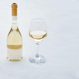 Liefde, Romaans, de wintervakantie, het concept van de Nieuwjaarviering Fles en glas witte die wijn door sneeuw wordt gekoeld Royalty-vrije Stock Foto