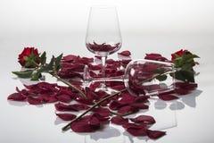 Liefde, rozen en kristalglazen Stock Fotografie