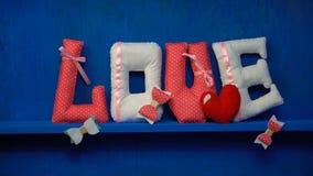 Liefde van gevoelde brieven op blauwe achtergrond stock footage