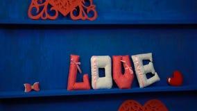 Liefde van gevoelde brieven op blauwe achtergrond stock video