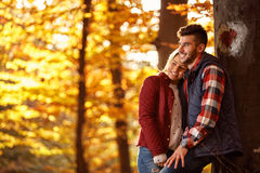 Liefde, verhouding, familie, seizoen en mensenconcept - koppel h stock foto's