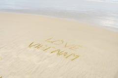 Liefde Vietnam in zand wordt geschreven dat Royalty-vrije Stock Foto