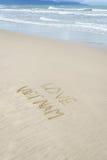 Liefde Vietnam in zand wordt geschreven dat Stock Foto's