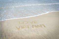 Liefde Vietnam in zand wordt geschreven dat Royalty-vrije Stock Afbeeldingen
