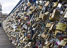 Liefde voor altijd - liefdehangslot op brigdge in Parijs Royalty-vrije Stock Foto's