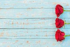 Liefdebloemen, rode rozenachtergrond voor Moeders of Valentijnskaartendag royalty-vrije stock afbeeldingen