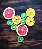 Liefdefruit, hart van plakken van citrusvruchten op houten achtergrond Royalty-vrije Stock Fotografie