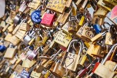 Liefdehangsloten die op traliewerk van Pont des Arts, Parijs hangen stock fotografie