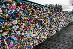 Liefdehangsloten op de brug Pont des Arts Royalty-vrije Stock Foto's