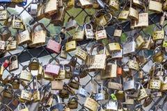 Liefdehangsloten op Pont des Arts brug, Zegenrivier in Parijs Fra Stock Afbeelding