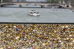 Liefdehangsloten op Pont des Arts brug, Zegenrivier in Parijs Fra Royalty-vrije Stock Foto's