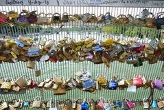 Liefdehangsloten van de brug van Passerelle Solferino. Stock Foto