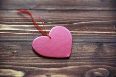 Liefdehart op houten textuurachtergrond, de kaartconcept van de valentijnskaartendag Stock Foto's