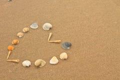 Liefdehart van shells op strand wordt gemaakt dat Stock Foto's