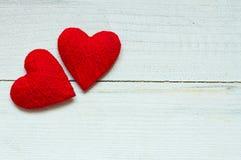 Liefdeharten op houten textuurachtergrond, de kaartconcept van de valentijnskaartendag originele hartachtergrond Royalty-vrije Stock Foto
