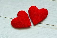 Liefdeharten op houten textuurachtergrond, de kaartconcept van de valentijnskaartendag originele hartachtergrond Royalty-vrije Stock Fotografie