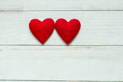 Liefdeharten op houten textuurachtergrond, de kaartconcept van de valentijnskaartendag originele hartachtergrond Royalty-vrije Stock Foto's