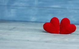 Liefdeharten op houten textuurachtergrond, de kaartconcept van de valentijnskaartendag originele hartachtergrond Royalty-vrije Stock Afbeelding