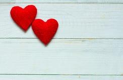Liefdeharten op houten textuurachtergrond, de kaartconcept van de valentijnskaartendag originele hartachtergrond Stock Foto