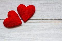 Liefdeharten op houten textuurachtergrond, de kaartconcept van de valentijnskaartendag originele hartachtergrond Stock Foto's