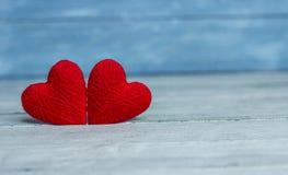 Liefdeharten op houten textuurachtergrond, de kaartconcept van de valentijnskaartendag originele hartachtergrond Stock Afbeelding