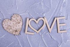 Liefdeinschrijving en houten hart Royalty-vrije Stock Afbeeldingen
