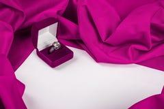 Liefdekaart met diamantring op een purpere stof Royalty-vrije Stock Foto's