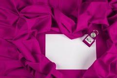 Liefdekaart met diamantring op een purpere stof Royalty-vrije Stock Fotografie