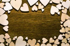 Liefdekader met lichte harten rond en donkere houten achtergrond i Royalty-vrije Stock Afbeeldingen