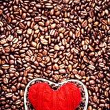Liefdekoffie bij de Dag van Valentine. Geroosterde Koffiebonen met Rood hij Royalty-vrije Stock Fotografie