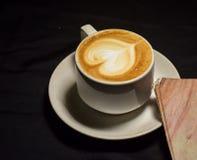 Liefdekoffie, a-kop van lattekunst met hartpatroon in een witte kop binnenkoffie royalty-vrije stock foto's
