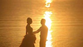 Liefdepaar bij zonsondergang stock footage