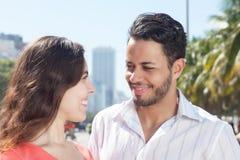 Liefdepaar dat in de stad spreekt Royalty-vrije Stock Fotografie