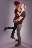 Liefdepaar die de studio kussen Royalty-vrije Stock Afbeeldingen