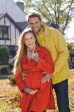 Liefdepaar die en in seizoen omhelzen houden van - zonnig de herfstpark Royalty-vrije Stock Afbeeldingen