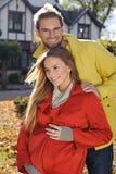 Liefdepaar die en in seizoen omhelzen houden van - zonnig de herfstpark Stock Foto's