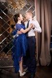 Liefdepaar het dansen Gelukkige romantische verhouding Het Binnenland van de luxe stock foto's
