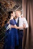 Liefdepaar het dansen Gelukkige romantische verhouding Het Binnenland van de luxe stock foto