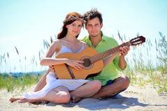 Liefdepaar met een gitaar Royalty-vrije Stock Foto
