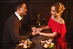 Liefdepaar in restaurant, romantische avond Stock Fotografie