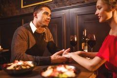 Liefdepaar in restaurant, romantische avond Stock Afbeelding