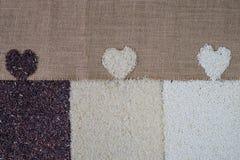 Liefderijst, Gezond voedsel, Organische rijst, Gemengde rijst, Jasmijn witte rijst, Rijstbes, glutineuze rijst op de zakachtergro stock foto