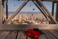Liefdeslot en de verlaten kleding van vrouwen op de oude brug Zelfmoord en wanhoopsconcept stock foto's