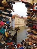 Liefdesloten aan een brug in Praag worden geketend dat Stock Foto