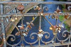 Liefdesloten in dichte omhooggaand op een brug over de rivier, Vilnius, Litouwen Royalty-vrije Stock Foto