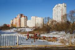 Liefdesloten op de brug tegen de achtergrond van een nieuw woondistrict Balashikha, Rusland Royalty-vrije Stock Foto's