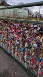 Liefdesloten op een brug in Hamburg, Duitsland Royalty-vrije Stock Foto