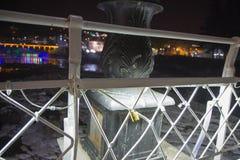Liefdesloten op een Brug in Kutaisi, neergezet na Huwelijk Nacht, Weerspiegelingen van lichten in water Stock Foto
