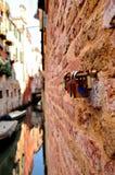 Liefdesloten op het kanaal in Venetië Italië Stock Fotografie
